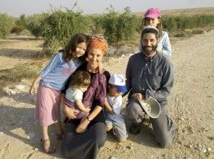 משפחה מטיילת במשק אורגני