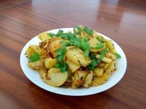 תפוחי אדמה ובצל בשמן זית ורוזמרין