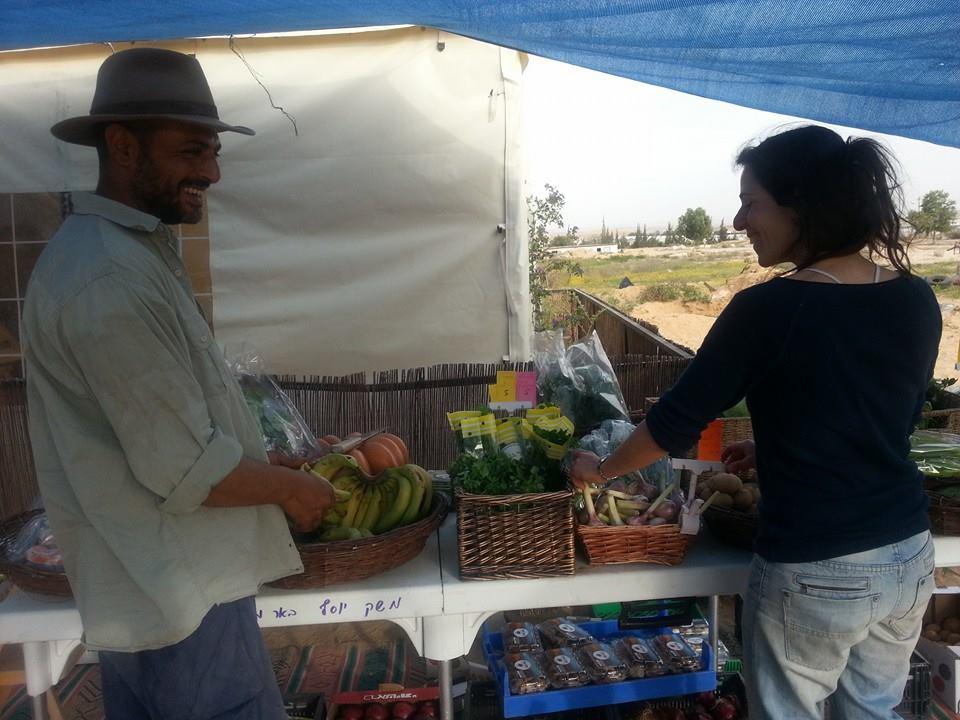 חקלאים שמגדלים ירקות אורגניים
