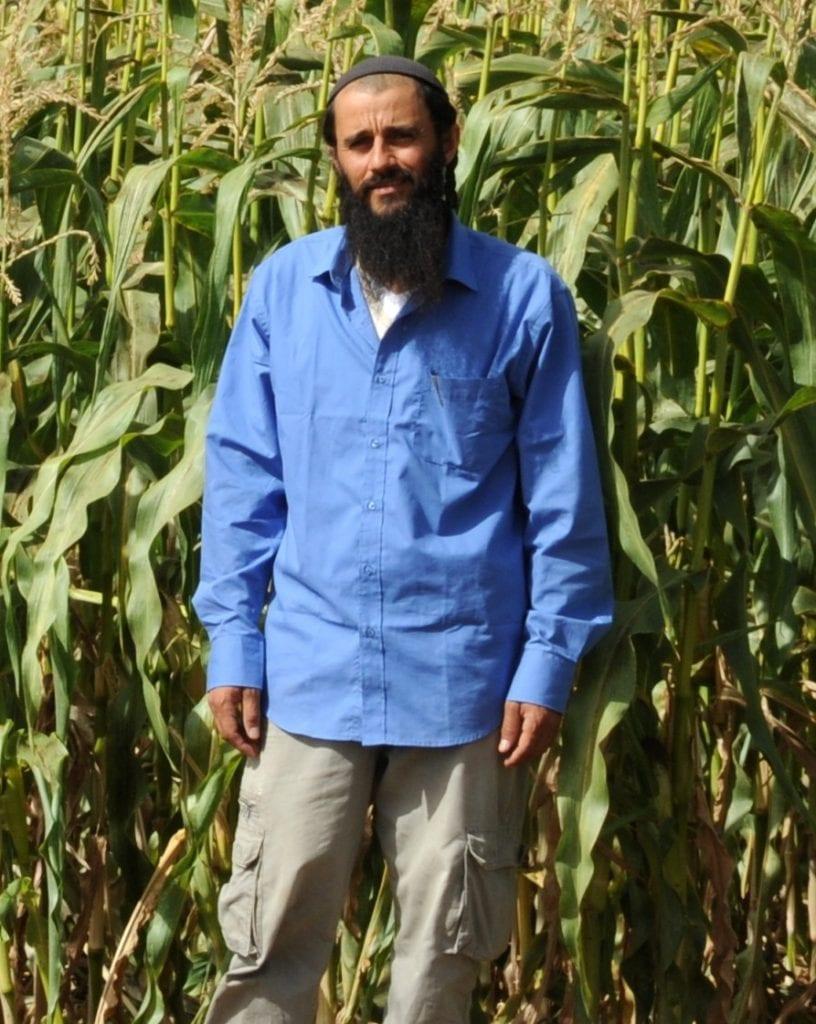 חקלאי מגדל ירקות אורגניים